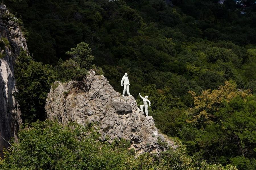 Памятник отважным скалолазам